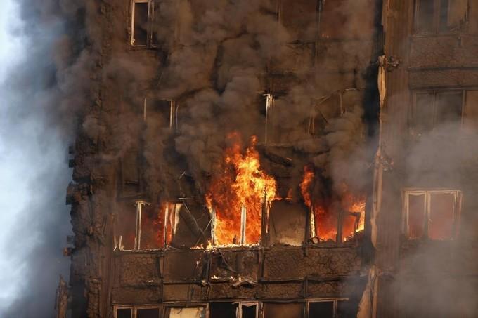 Hiện trường vụ cháy tòa tháp 24 tầng ở London - ảnh 6
