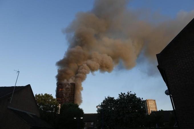 Hiện trường vụ cháy tòa tháp 24 tầng ở London - ảnh 7