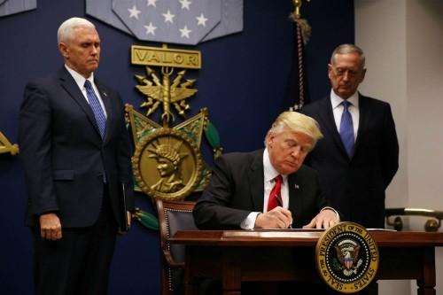 Tổng thống Donald Trump ký sắc lệnh hành pháp cấm nhập cảnh đối với công dân từ sáu nước Hồi giáo. Ảnh:Reuters