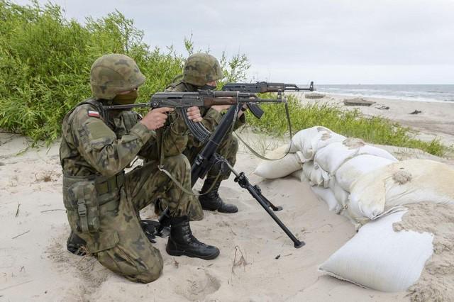 Hai binh sĩ Ba Lan ngắm bắn mục tiêu giả định bằng súng AK-47 (Ảnh: REX)