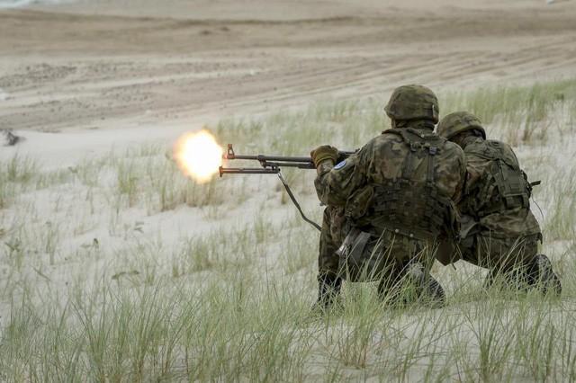 Khoảnh khắc khai hỏa của các binh sĩ NATO (Ảnh: Alamy)