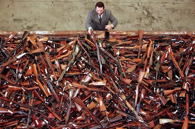 Những khẩu súng bị thu hồi tại Sydney, Australia trong chiến dịch thu hồi súng bất hợp pháp trên cả nước, trong bối cảnh nguy cơ xảy ra các vụ tấn công khủng bố và tình trạng sử dụng súng bất hợp pháp đang gia tăng tại Australia (Ảnh: Reuters)