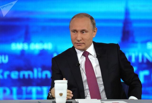 Tổng thống Nga Vladimir Putin trong cuộc giao lưu trực tuyến với người dân Nga lần thứ 15 (Ảnh: Sputnik)