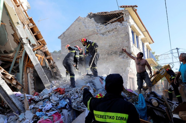 Đội cứu hộ tìm kiếm các nạn nhân sau vụ sập nhà do động đất mạnh tại ngôi làng Vrissa trên đảo Lesbos, Hy Lạp (Ảnh: Reuters)