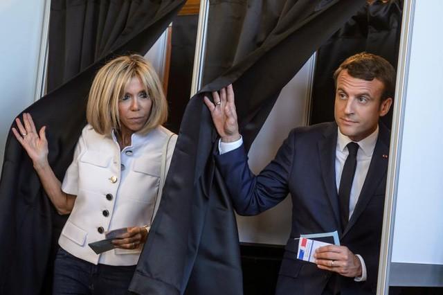 Tổng thống Pháp Emmanuel Macron và phu nhân Brigitte bỏ phiếu trong vòng 1 của cuộc bầu cử quốc hội ở Le Touquet, Pháp (Ảnh: Reuters)