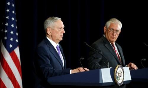 Bộ trưởng Quốc phòng Mỹ James Mattis và Ngoại trưởng Rex Tillerson trong phiên họp báo chung sau cuộc thảo luận với các quan chức ngoại giao, quốc phòng Trung Quốc ở Washington vào hôm qua. Ảnh:Reuters.