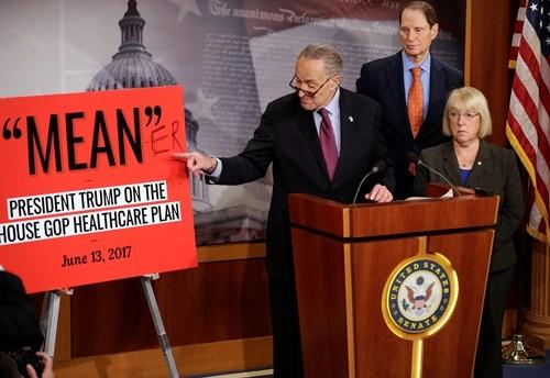 Chuck Schumer, lãnh đạo Dân chủ tại Thượng viện, phát biểu sau khi phe Cộng hòa công bố dự luật thay thế Obamacare. Ảnh:Reuters.