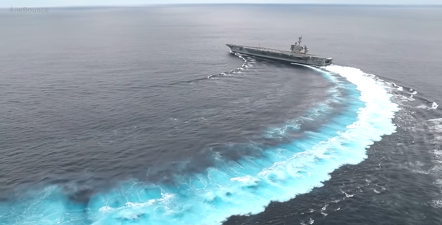 Tàu sân bay Mỹ USS Abraham Lincoln rẽ ngoặt đột ngột. (Ảnh: Youtube)