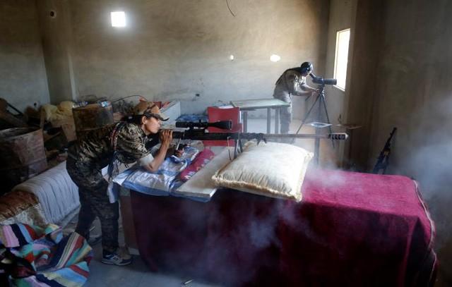 Một nữ tay súng người Kurd chiến đấu với phiến quân Nhà nước Hồi giáo tại Raqqa, Syria (Ảnh: Reuters)