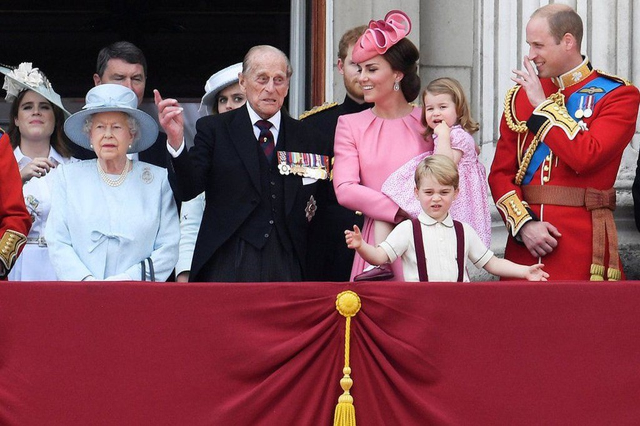 """Gia đình Hoàng gia Anh trên ban công cung điện Buckingham trong lễ duyệt binh mang tên """"Trooping the Colour"""" ở London, Anh (Ảnh: Reuters)"""