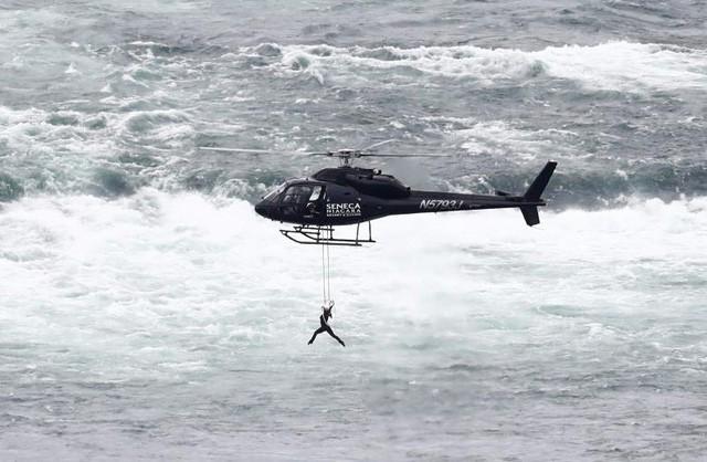 Nghệ sĩ du dây Erendira Wallenda biểu diễn khi treo mình trên trực thăng bên trên phía bờ nước Mỹ của thác Niagara ở Ontario, Canada (Ảnh: Reuters)