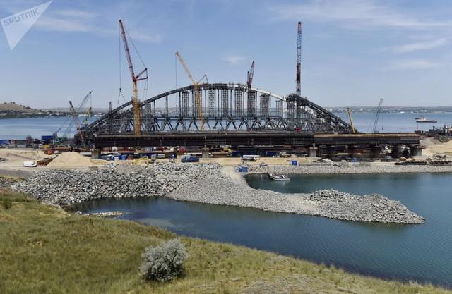 Cây cầu bắc ngang eo biển Kerch đang được thi công giữa bán đảo Crimea và bán đảo Taman của vùng Krasnodar, Nga (Ảnh: Sputnik)