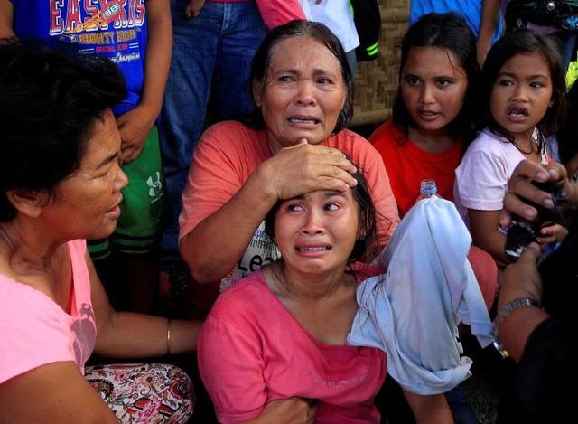 Các phụ nữ và trẻ em chờ được sơ tán khỏi các cuộc giao tranh giữa phiến quân Hồi giáo và các binh sĩ chính phủ tại Pigcawayan, Bắc Cotabato, Philippines (Ảnh: Reuters)