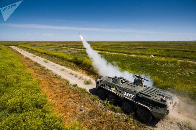 Tên lửa được bắn đi trong một cuộc thi dành cho các pháo phòng không tại vùng Krasnodar, Nga (Ảnh: Sputnik)