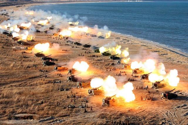 Quân đội Triều Tiên tập trận pháo binh bên bờ biển (Ảnh: KCNA)