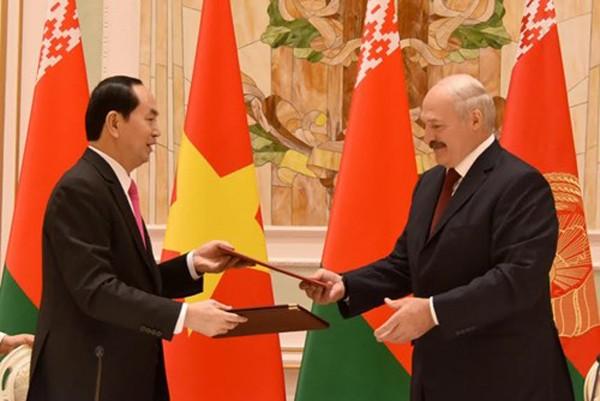 Chủ tịch nước Trần Đại Quang và Tổng thống Alexander Lukashenko trao đổi văn kiện sau khi ký Tuyên bố chung