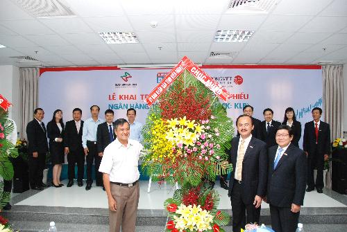Ban lãnh đạo Kienlongbank tiếp nhận lẵng hoa chúc mừng từ lãnh đạo tỉnh Kiên Giang.