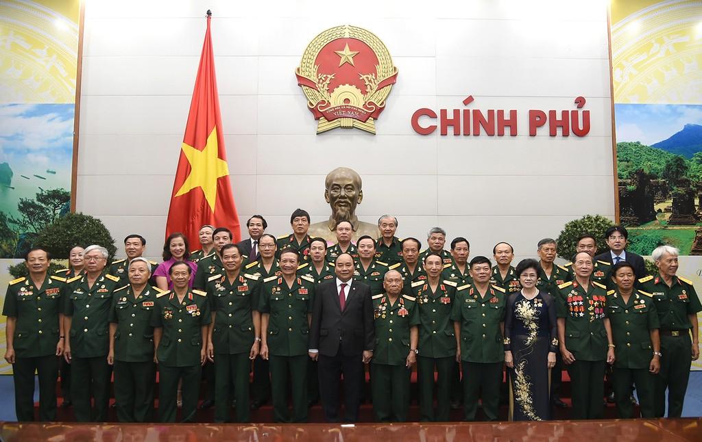 Thủ tướng Nguyễn Xuân Phúc và đoàn đại biểu Hội truyền thống Trường Sơn-Đường Hồ Chí Minh. Ảnh: VGP/Quang Hiếu