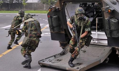 """Các binh sĩ Hàn Quốc tham gia một bài tập chống khủng bố trong khuôn khổ cuộc tập trận chung """"Người bảo vệ Tự do Ulchi"""" hồi năm ngoái. Ảnh:Reuters."""