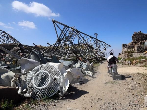 Cột tháp phát sóng bị hư hại sau các đợt không kích do liên quân Arab tiến hành tại thành phố Taez, Yemen. (Nguồn: AFP/TTXVN)