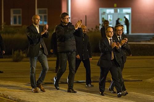 Các cựu quan chức chính quyền bị giải tán ở Cataloniarời nhà tùEstremera, cách thủ đô Madrid 75 km về hướng đông nam, ngày 4/12. Ảnh:AP.
