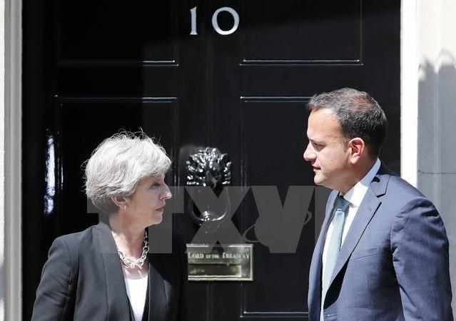 Thủ tướng Anh Theresa May (phải) và Thủ tướng Ireland Leo Varadkar trong cuộc gặp tại London, Anh ngày 19/6. (Nguồn: AFP/TTXVN)