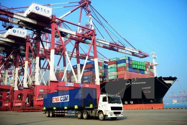 Vận chuyển hàng hóa tại cảng ở Thanh Đảo, tỉnh Sơn Đông, miền Đông Trung Quốc. (Nguồn: AFP/TTXVN)