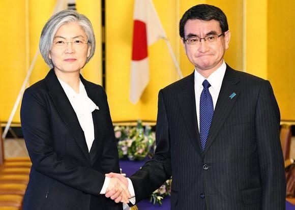 Ngoại trưởng Hàn Quốc Kang Kyung-wha (trái) cùng người đồng cấp Nhật Bản Taro Kono. (Nguồn: Kyodo)