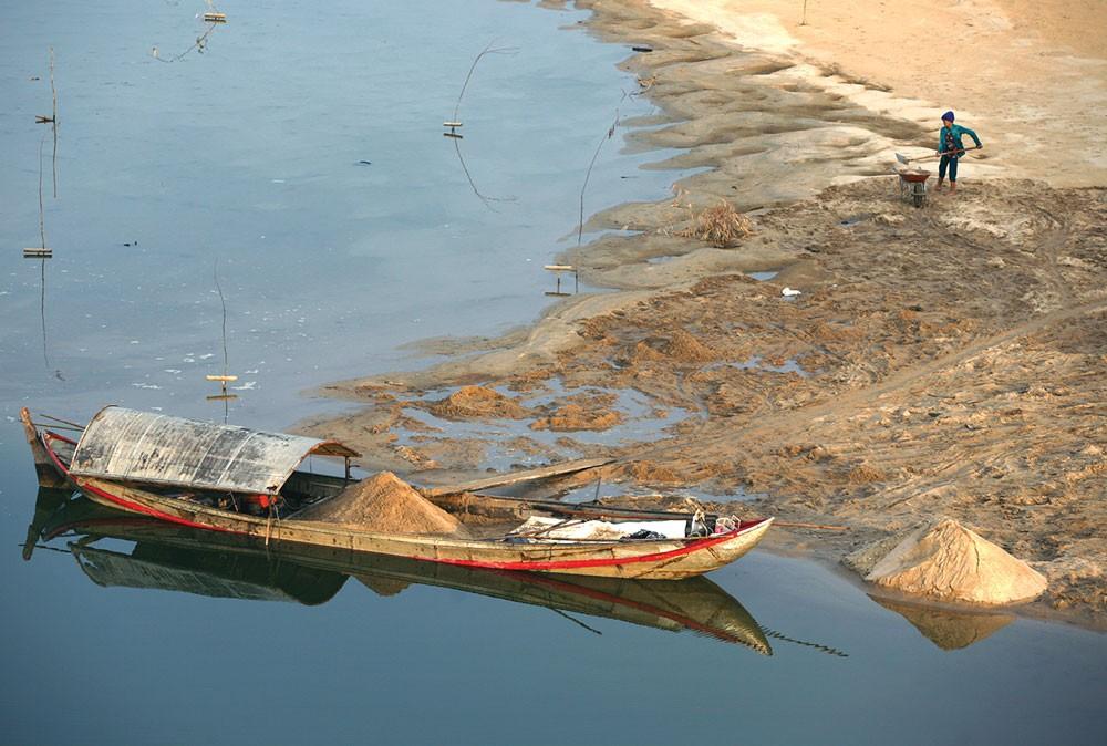 Diễn biến của hoạt động khai thác cát trái phép ngày càng trở nên phức tạp. Ảnh: Nhật Trâm