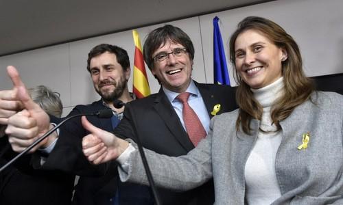 Ông Carles Puigdemont (giữa) ăn mừng sau chiến thắng của phe ly khai. Ảnh:AFP.