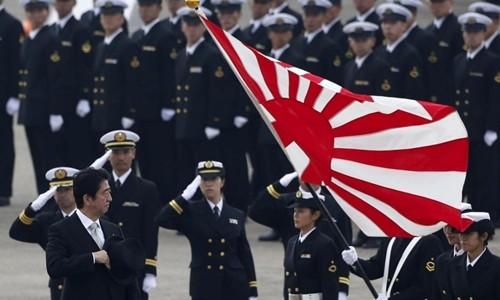 Thủ tướng Nhật Bản Shinzo Abe duyệt các thành viên Lực lượng Phòng vệ Nhật Bản (JSDF) tại căn cứ không quân Hyakuri, Omitama, đông bắc Tokyo, tháng 10/2014. Ảnh:Reuters.