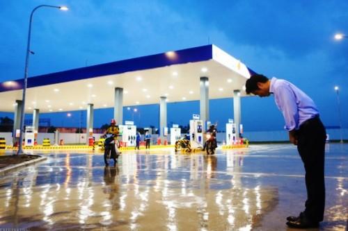 Ông Hiroaki Honjo, Tổng giám đốc Công ty Xăng dầu IQ8 có mặt tại trạm xăng dầu Thăng Long, đội mưa hàng tiếng đồng hồ, cúi chào khách vào đổ xăng. Ảnh:Infonet