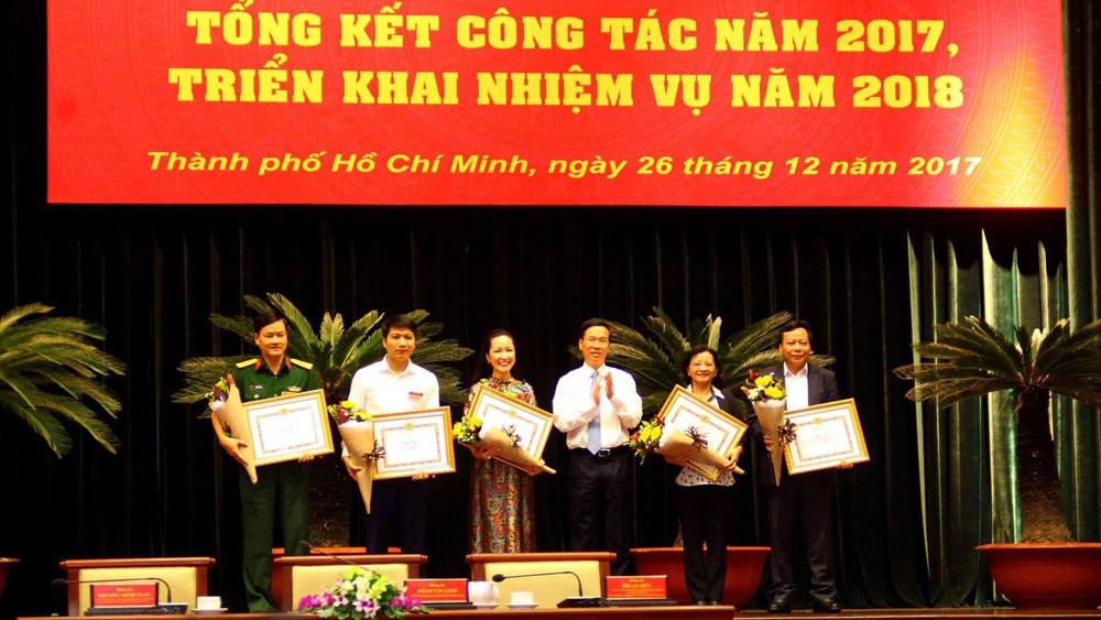 Ban Tuyên giáo Trung ương tặng bằng khen cho các cơ quan có thành tích nổi bật trong chỉ đạo, tham mưu về công tác báo chí năm 2017. Ảnh: Hồng Liên