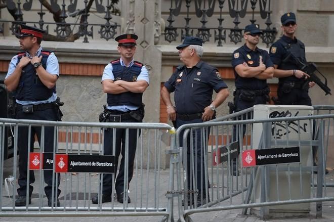 Cảnh sát Tây Ban Nha gác tại Barcelona, ngăn chặn cuộc trưng cầu ý dân bất hợp pháp tại Catalonia. (Nguồn: AFP/TTXVN)