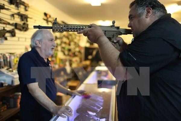 Người dân Mỹ chọn mua súng tại cửa hàng K&W ở Delray Beach, Florida. (Nguồn: AFP/TTXVN)