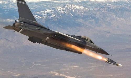Tiêm kích F-16 phóng tên lửa diệt mục tiêu. Ảnh:USAF.