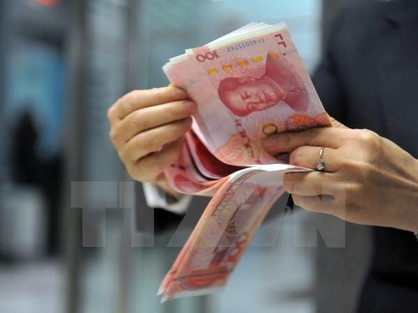 Nhân viên ngân hàng kiểm đồng nhân dân tệ tại một ngân hàng ở Hàng Châu, tỉnh Chiết Giang, miền Đông Trung Quốc. (Nguồn: AFP/TTXVN)