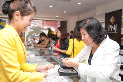 Giá vàng SJC hiện đắt hơn quốc tế khoảng 900.000 đồng mỗi lượng.