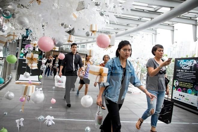 Người dân mua sắm tại một trung tâm thương mại ở thủ đô Bangkok. (Ảnh: EPA/TTXVN)
