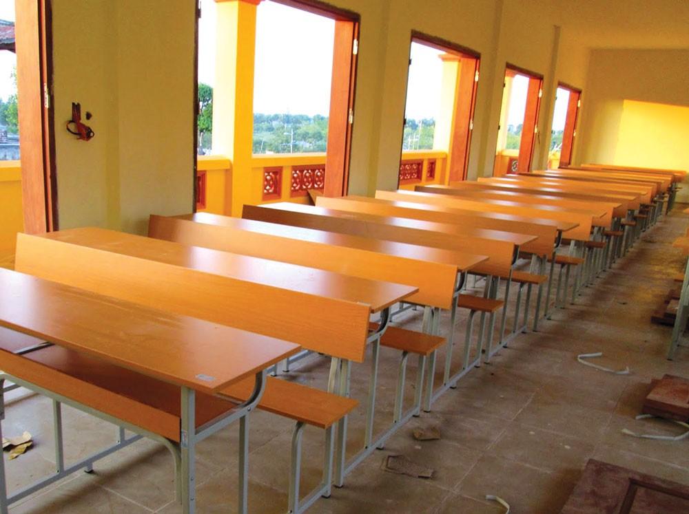 Gói thầu Mua doanh cụ do Công an tỉnh Trà Vinh mời thầu, có giá trên dưới 1 tỷ đồng, trong đó bàn làm việc, ghế làm việc, giường ngủ đều bằng chất liệu gỗ. Ảnh: Hoài Tâm