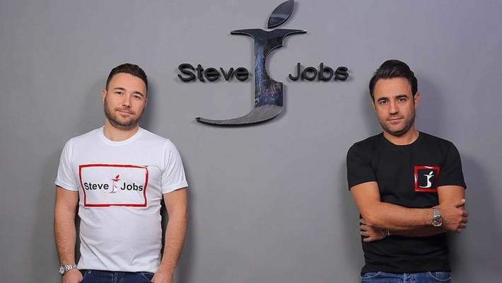 Vincenzo và Giacomo Barbato - nhà sáng lập thương hiệu thời trang Steve Jobs - Ảnh: The Verge.