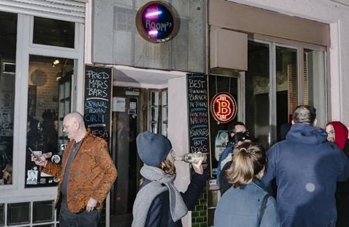 Quán bar Room 77 ở Berlin nhận thanh toán bằng Bitcoin. Ảnh: WSJ