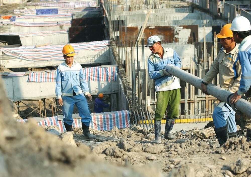 Việc HSMT/HSYC quy định người lao động phải được nhà thầu đóng bảo hiểm xã hội là hạn chế sự tham gia của nhà thầu. Ảnh: Lê Tiên