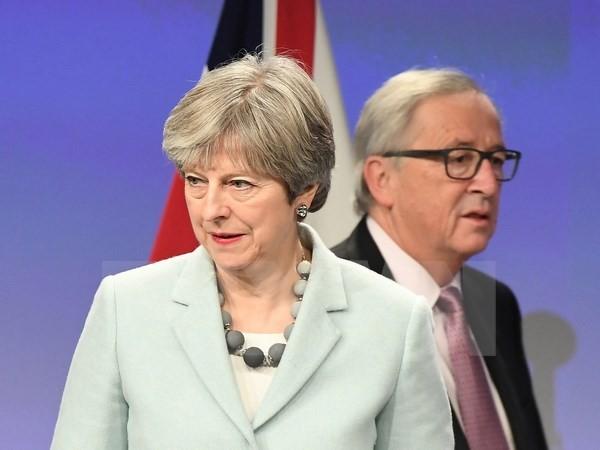 Thủ tướng Anh Theresa May (trái) và Chủ tịch Ủy ban châu Âu Jean-Claude Juncker trong một cuộc gặp tại Brussels (Bỉ). (Nguồn: AFP/TTXVN)