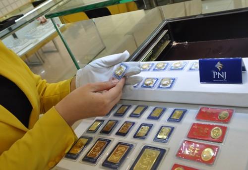 Mỗi lượng vàng miếng SJC đắt hơn quốc tế khoảng 400.000 đồng. Ảnh:Lệ Chi.