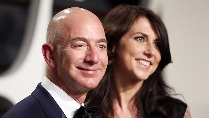 CEO Amazon Jeff Bezos và vợ - Ảnh: Reuters.