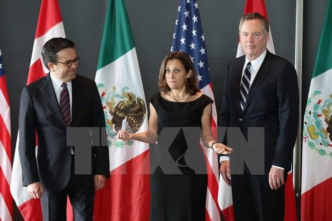 Bộ trưởng Kinh tế Mexico Ildefonso Guajardo Villarreal, Ngoại trưởng Canada Chrystia Freeland và Đại diện thương mại Mỹ Robert E. Lighthizer tại vòng 3 tái đàm phán NAFTA ở Ottawa, Canada ngày 27/9/2017. (Nguồn: AFP/TTXVN)