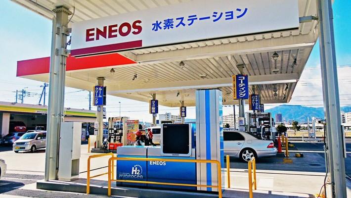 """Chính phủ Nhật Bản vẫn cam kết đổ tiền vào các dự án chuyển đổi """"xã hội hydro"""", với kế hoạch xây dựng 320 trạm hydro cho xe hơi vào năm 2025."""