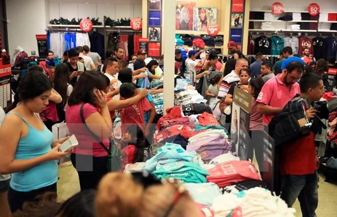 Người dân mua sắm hàng hóa trong ngày Black Friday 24/11/2017 tại Los Angeles, Mỹ. (Nguồn: THX/TTXVN)