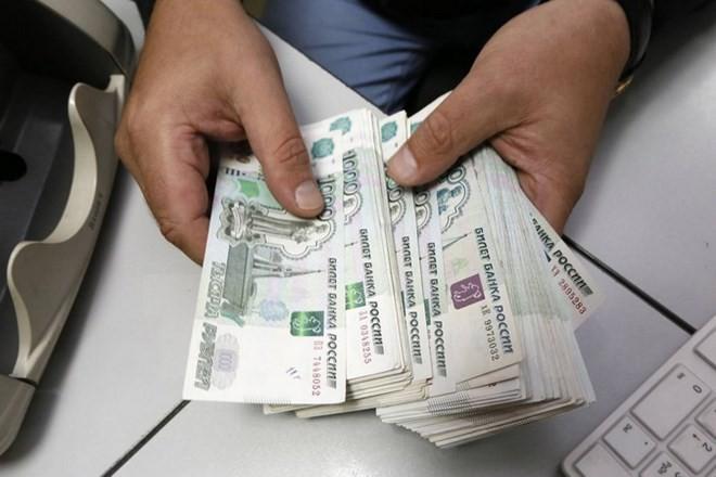 Kiểm tiền ruble tại Moskva. (Nguồn: Reuters/TTXVN)